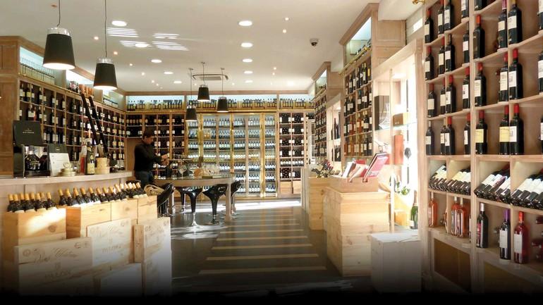 Há diversas boas lojas de vinho na cidade, como a Grande Cave (acima), que faz degustações comparativas gratuitas, e a Etablissements Martin (abaixo), com sua cave subterrânea onde estão guardados grandes tesouros