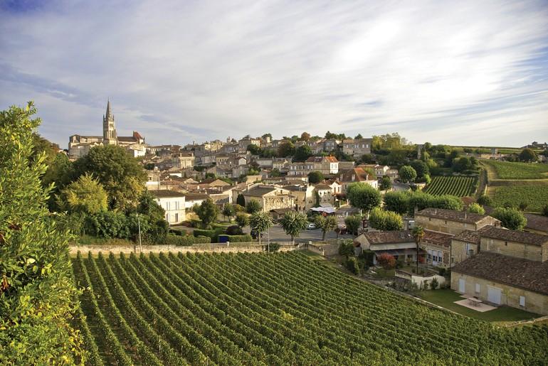 A pequena cidade de Saint-Émilion foi construída na forma de um anfiteatro. No alto, está a famosa Igreja Monolítica. Ao redor, os vinhedos de alguns dos principais Châteaux