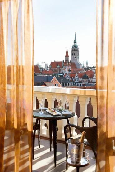 Vista do balcão da suíte presidencial do Hotel Mandarin Oriental para a torre Alter Peter