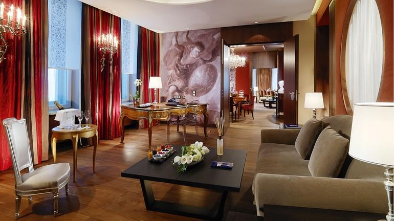 Suítes dos hotéis Hotel Vier Jahreszeiten Kempinski Munich, Mandarin Oriental (abaixo à esquerda) e H'Otello (abaixo à direita)