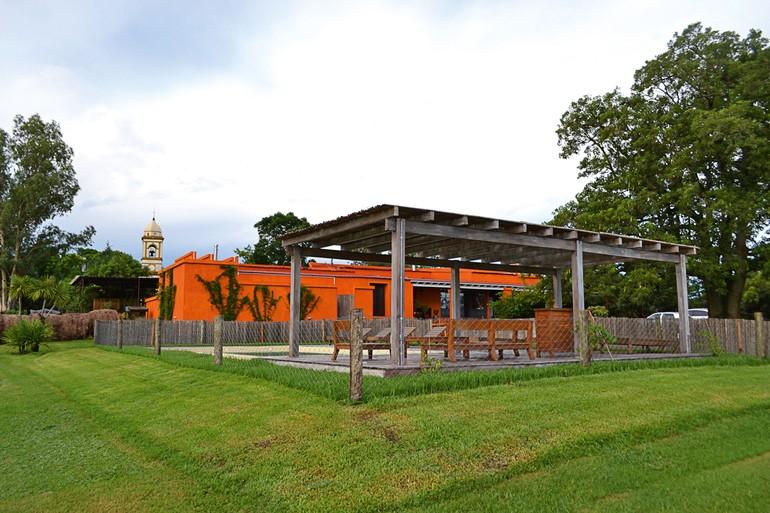 Pousada e Restaurante Campotinto tem apenas quatro suítes e uma cabana de luxo, oferecendo piquenique gourmet em meio aos vinhedos e promovendo a experiência de colher, podar e realizar a vindima