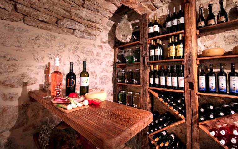 Em pé ou deitada: existe uma posição correta para guardar as garrafas de vinho?