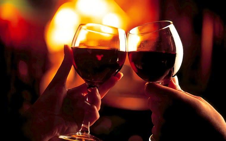 O vinho é uma bebida festiva · Revista ADEGA